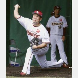 ブルペンで投球練習する田中将大(C)共同通信社