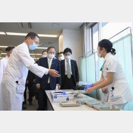 新型コロナウイルスワクチンの先行接種を視察する菅首相(C)共同通信社