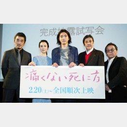 左から、宇崎竜童、坂井真紀、柄本佑、奥田瑛二、高橋伴明監督(提供写真)