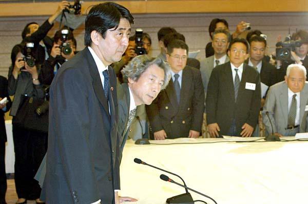 拉致被害者の家族に一礼し、面談に臨む小泉純一郎首相(左2)。左端が安倍晋三官房副長官(2002年9月27日=当時)/(C)JMPA