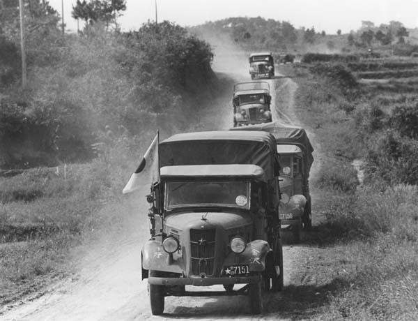 日中戦争での日本陸軍のトラック(1938年=〈C〉Robert Hunt Library/Mary Evans/共同通信イメージズ)