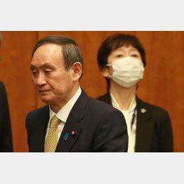 菅首相の辞任は避けられない(右が山田真貴子内閣広報官)/(C)JMPA