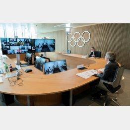 東京五輪組織委とリモート会議をするIOCのバッハ会長(右)ら、理事会(C)ロイター