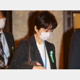 25日午前、予算委員会に向かう山田真貴子内閣広報官(C)日刊ゲンダイ