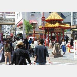 緊急事態宣言解除で多くの人が繰り出した(神戸中華街の南京町、2020年5月)/(C)日刊ゲンダイ