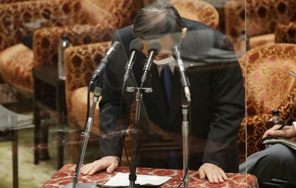 衆院予算委員会の答弁で、長男の接待問題に関し陳謝する菅首相(C)日刊ゲンダイ