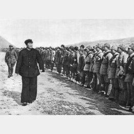 陝西省延安の付近で八路軍の連帯を視察する毛沢東(C)Mary Evans/Grenville Collins Postcard Collection/共同通信イメージズ