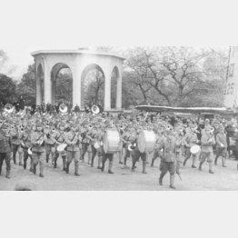 行進する陸軍軍楽隊=1945年、日比谷公園(C)共同通信社