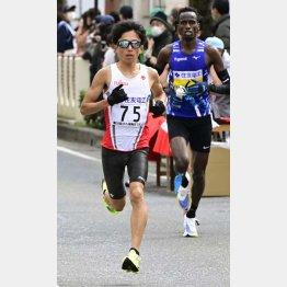 36キロ付近で先頭に立つ鈴木健吾(左)/(代表撮影)