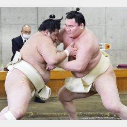 阿武咲(左)と稽古する白鵬(代表撮影)