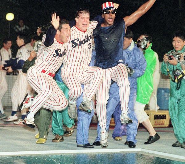 1995年の日本シリーズ優勝祝勝会でプールに飛び込む(左から)大野、オマリー、ミューレン。ここで事件が…(C)共同通信社