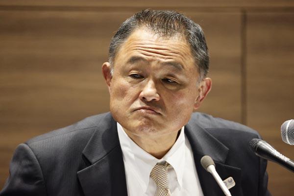 26日の会見で辞任を示唆したが結局、続投する全柔連の山下会長(C)共同通信社