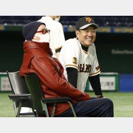 原監督(右)と談笑しながら巨人の練習を視察する長嶋茂雄終身名誉監督(C)共同通信社