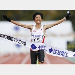 日本人初の4分台! なのに…(びわ湖毎日マラソンで優勝した鈴木健吾)/(C)共同通信社