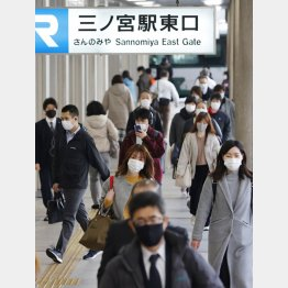 神戸市で変異株が顕著なのは調査を徹底しているから(緊急事態宣言が解除され、マスク姿で歩く通勤客ら=神戸市)/(C)共同通信社