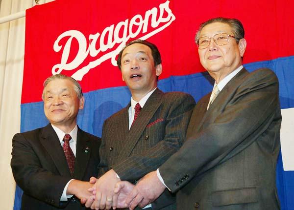 2003年10月に就任した中日の落合博満監督(中央)。左は白井オーナー、右は西川球団社長(C)日刊ゲンダイ