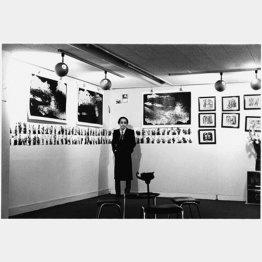 個展「廃墟に花」の会場風景。熱現像した作品「蝉の声」、浄閑寺で撮影した「彼岸花」。黒い額に入れた「ペッチャンコーラ」が並ぶ(1973年撮影)/(提供写真)