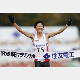 日本新記録で優勝した鈴木健吾(C)共同通信社