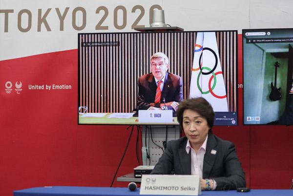 何としても中止だけは避けたい(5者協議に参加する橋本聖子組織委会長、後方のビジョンはIOCのバッハ会長)(C)Pool via ZUMA Wire/共同通信イメージズ