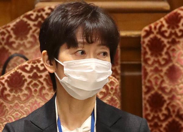 """""""認識""""を考えたのか不安げだ(C)日刊ゲンダイ"""