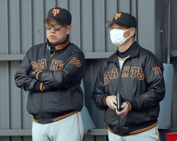 先発強靭化をもくろむ原監督(左)と桑田補佐(C)日刊ゲンダイ