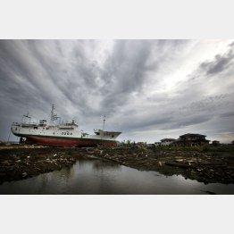 東日本大震災から10年(陸に打ち上げられた船と瓦礫:2011年撮影)/(C)日刊ゲンダイ