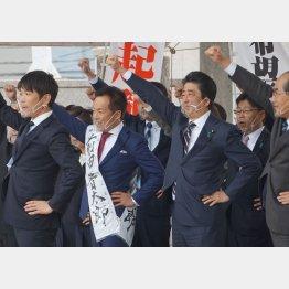 シャカリキ(元秘書の前田晋太郎候補=左2、を応援する安倍前首相=右2)/(C)日刊ゲンダイ