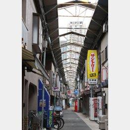 商店街からは梅田のビル群が見える(C)日刊ゲンダイ