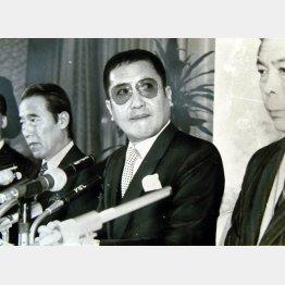 中村プロ倒産会見での萬屋錦之介(C)日刊ゲンダイ
