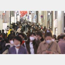 緊急事態宣言の解除がなされ、多くの人が行き交う大阪ミナミ・戎橋から心斎橋筋(C)日刊ゲンダイ
