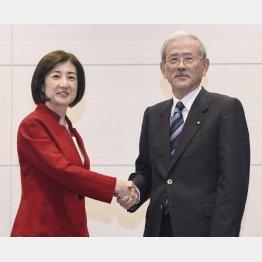 記者会見する大塚家具の大塚久美子社長(左)とヤマダHDの山田昇会長(C)共同通信社