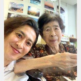 大沢樹生さんと母・マツヱさん(右)/(提供写真)