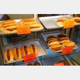 アルミトレーの上に調理パンが並ぶ(C)日刊ゲンダイ