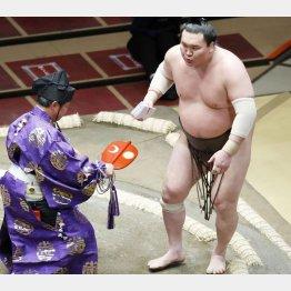 2日目、宝富士に勝って懸賞をを受け取った際も白鵬は右膝を気にするようだった(C)共同通信社