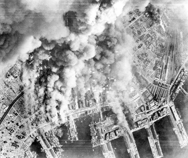 米第21爆撃軍団の戦略爆撃機B29の爆撃で黒煙を上げる神戸港の海軍基地=1945年6月、米陸軍航空隊撮影(ACME)