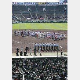 簡素化された開会式は初日参加の6校のみ行進(C)日刊ゲンダイ