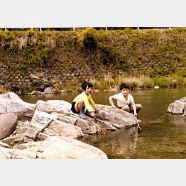 実家近くの川で2歳年上の兄と(提供写真)