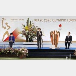 25日午前、福島県で行われた聖火リレーの出発式。あいさつする東京五輪・パラリンピック組織委員会の橋本会長(中央)、左は小池都知事、右は内堀福島県知事(C)共同通信社