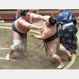貴景勝を押し出しで破って優勝した照ノ富士(左)/(C)共同通信社