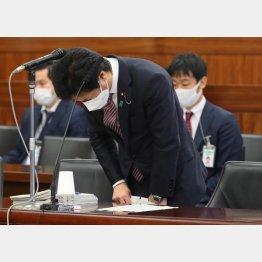 深夜会食問題に関し、陳謝する田村憲久厚労相(C)日刊ゲンダイ