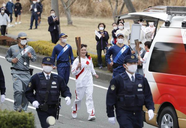 福島県広野町を走る聖火ランナー(C)日刊ゲンダイ