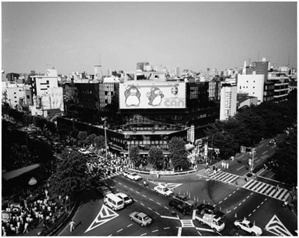 神宮前交差点(正面はセントラルアパート)(「施設東京繁盛記」より=1983年撮影)/(提供写真)