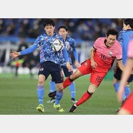 韓国選手をぶっ飛ばす遠藤(C)Norio ROKUKAWA/office La Strada