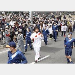 聖火ランナーを務めたラグビーの堀江翔太(群馬県太田市)。この火はさて…(C)共同通信社