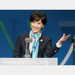 この笑顔はどこへ(2013年9月、IOC総会で東京五輪招致のプレゼンテーションをする滝川クリステルさん)/(C)ゲッティ=共同