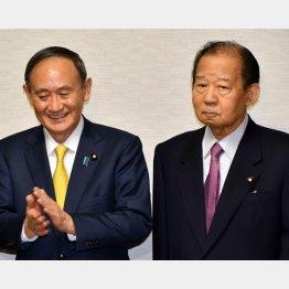 すきま風?(左から、菅首相と自民党の二階幹事長)/(C)日刊ゲンダイ