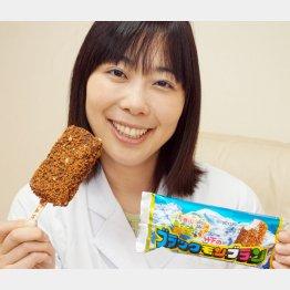 「ブラックモンブラン」を手にする竹下製菓の竹下真由社長(提供写真)