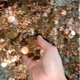 ベトベトの1セント硬貨の山(オリビアさんのインスタグラムから)