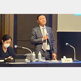東京で会見したファーウェイ・ジャパンの王会長(C)日刊ゲンダイ
