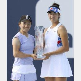 女子ダブルスで優勝し、トロフィーを手にする青山(左)、柴原組(C)共同通信社